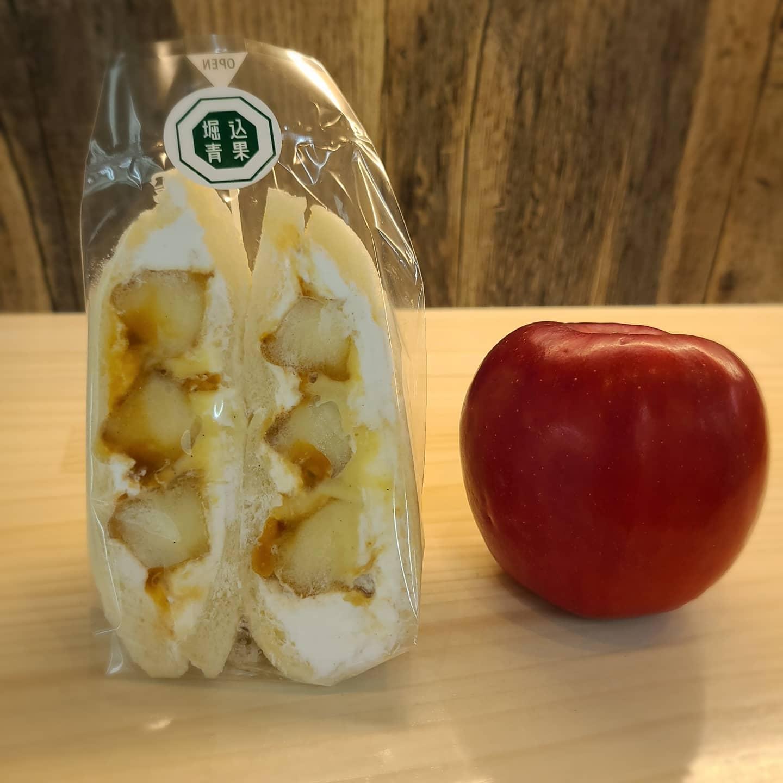 ◎新商品紹介  ・りんごキャラメルカスタード  りんごをソテーしてカスタードとキャラメルソースでサンドしました️ りんごの酸味がとてもよく、ほんのり香るシナモンとマッチして後を引く美味しさです  りんごは秋田産:紅玉を使用しています  今週の土曜日に販売致します️