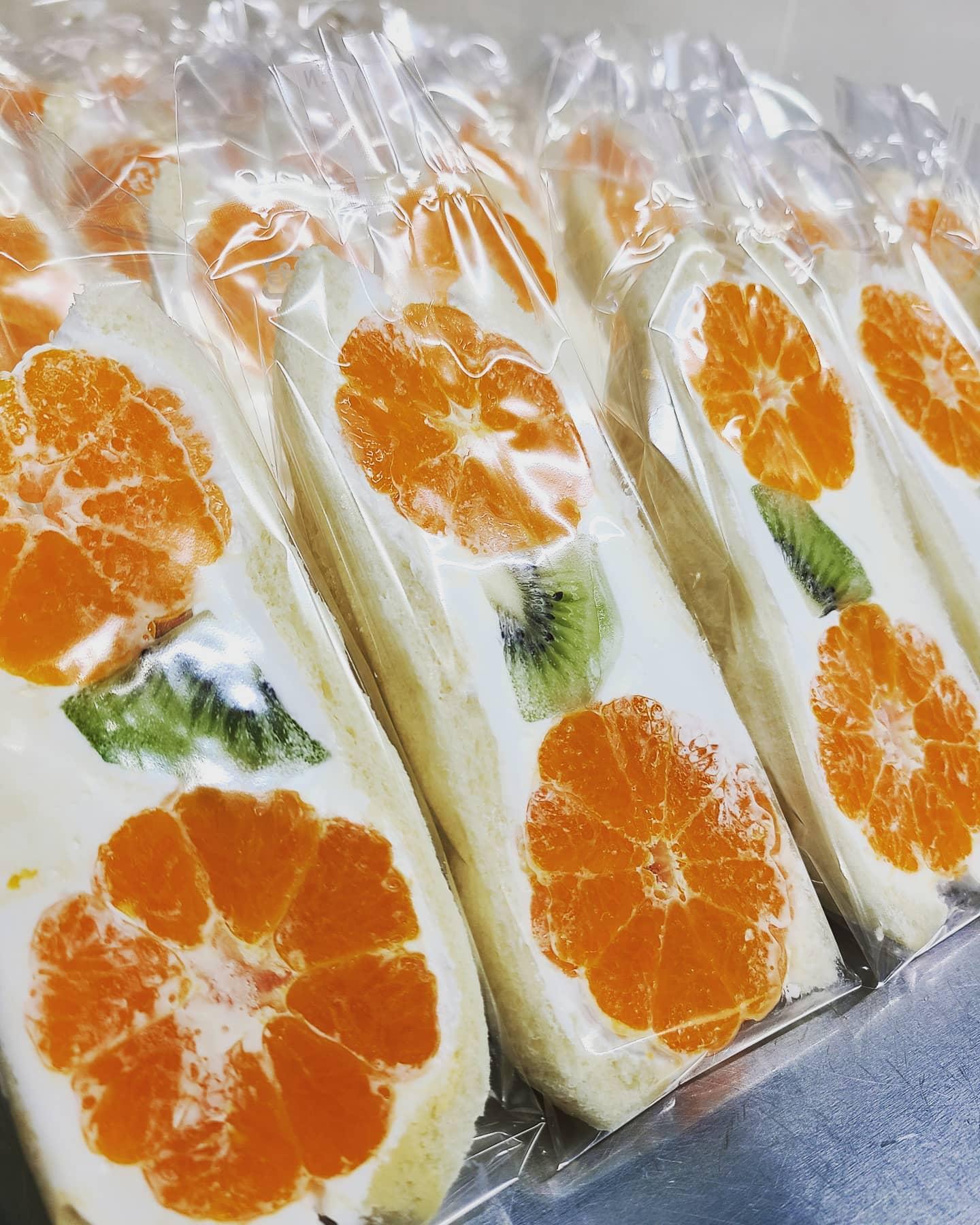 ◎明日のフルーツサンドのお品書き  ・いちごホイップ ・いちごカスタードホイップ ・いちごあんこホイップ ・バナナ ・みかん&キウイ ・パイナップル ・せとか ・清美オレンジ ・ミックス ・マンゴー ・焼芋  いちごは、やよいひめを使用します。 みかんはお袋さんを使用します。今回でみかんは終了となります。 なるべく多くのお客様にご提供するためお客様一組(ひと家族)5個までと致します。  今回から整理券を配布しての販売となります。 配布時間は10:00から配布いたします。(店舗入口にて) 配布時間の10分前より前にお並びするのはご遠慮下さい。 ※数に限りがあるため先着80組限定で整理券をお配りいたします。 ※整理券に記載のある受付時間にご来店いただく方法とさせて頂きます。 受付時間は下記の通りです。 ①11:00-12:00  ②12:00-13:00  ③13:00-14:00 ④14:00-15:00  ※受付時間を過ぎた場合は整理券を無効とさせ頂きます。 ※15:00以降にフルーツサンドがあるようでしたら通常販売いたします。 ※受付時間に応じて種類が限られてしまいますことご理解ください。  またお越しいただく際の駐車場なのですが通常正面の共有駐車場だけなのですが今回から臨時駐車場として桐生信用金庫境支店様の駐車場をお借り出来ましたので、その2か所に駐車お願い致します。 ※桐生信用金庫店舗入口付近の駐車はご遠慮下さい。 ※近隣の商業施設の駐車はご遠慮下さい。  お客様には、ご理解のほどよろしくお願いいたします。