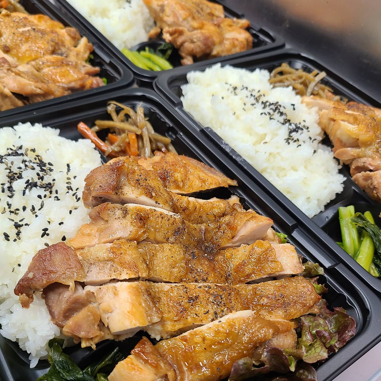 ◎今日のお弁当  ・チキンステーキ弁当 ・ハンバーグ弁当 ・豚と野菜の味噌炒め弁当 ・二色丼 ・白身魚の照り焼き弁当