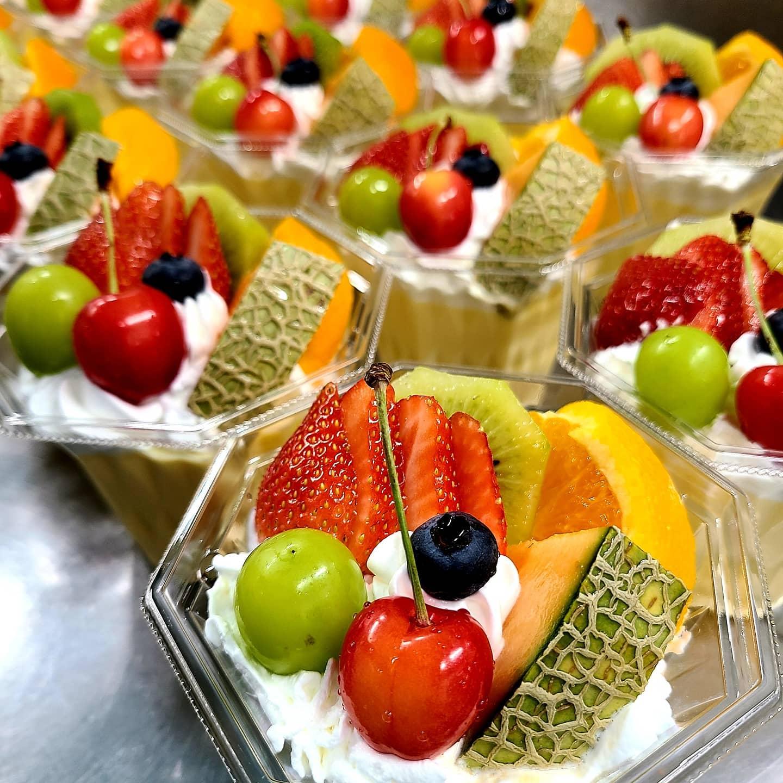 明日7/14(水)14時から以下の2品を販売致します  ・フルーツプリンアラモード ・フルーツクロワッサンサンド🥐  ※中に入る果物は仕入によって変更致します。