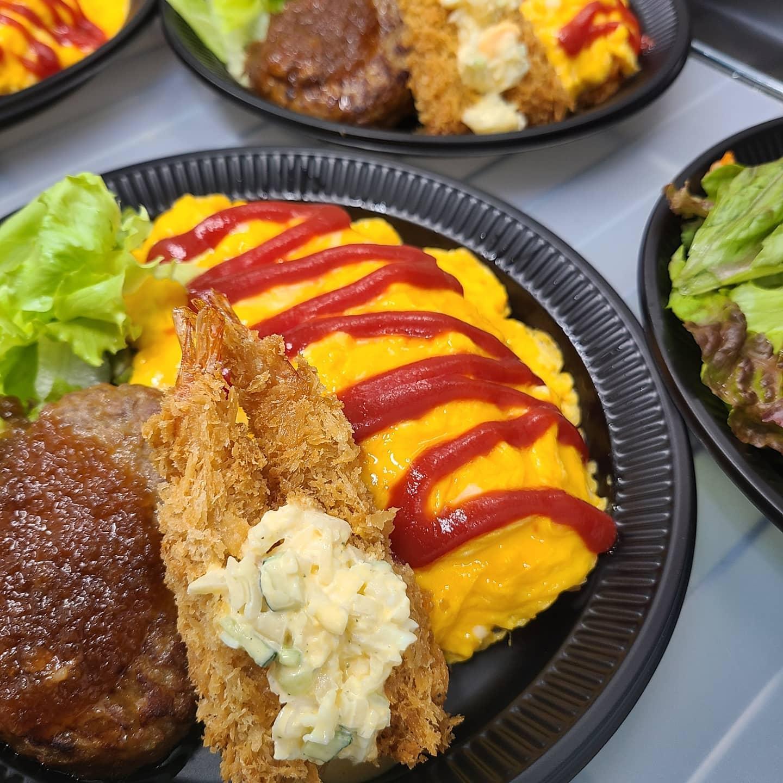 ◎今日のお弁当  ・デラックスオムライス ・焼き鳥丼 ・自家製炙りチャーシュー丼 ・チキン南蛮弁当