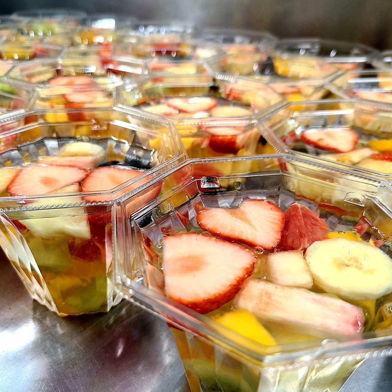 明日8/11(水)14時から以下の3品を販売致します  ・八百屋のフルーツゼリー ・フルーツ杏仁ゼリー ・フルーツプリンアラモード  ※中には入る果物仕入れによって変わります。 ※取り置き・予約はできません。